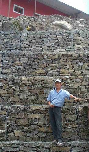 Die Trockenmauer am Schulhang wr dringend notwendig, bevor der Monsun im Juli kam